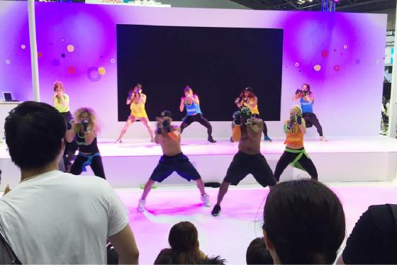 人気のダンスエクササイズの実演です。カリスマトレーナーさんたちのキレのある動きは迫力満点です!! 思わず身体を動かしたくなりますね!!